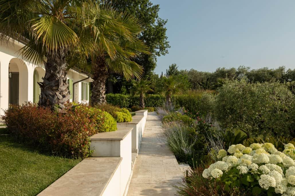 Giardino mediterraneo sul Lago di Garda | Luciano Caprini garden designer